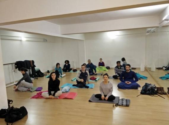 Meditação no espaço de Yoga